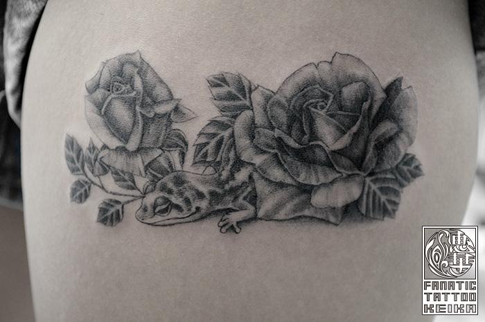 ブラック&グレー・ヤモリ・バラ・足・Gecko・Rose・Black&Gray Tattoo
