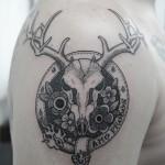 鹿の角と花のタトゥー – Deer Skull Tattoo