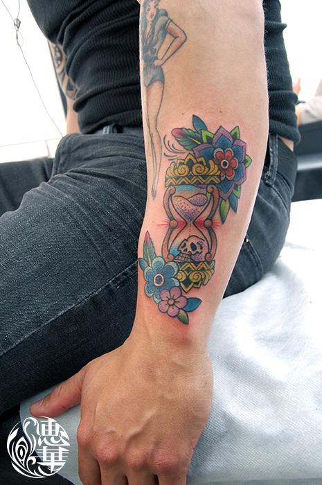 砂時計と花のアメリカントラディショナルタトゥー,Sandglass,Flower,American traditional,Tattoo,刺青・タトゥースタジオ 女性彫師 恵華-Keika-