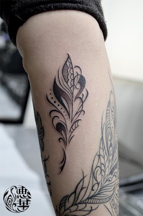 羽トライバルのタトゥー,Feather Tattoo,女性彫師 恵華-Keika-