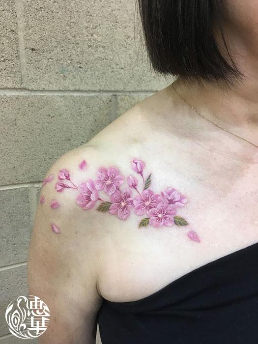 リアルな桜のタトゥー 女性彫師 恵華-Keika-