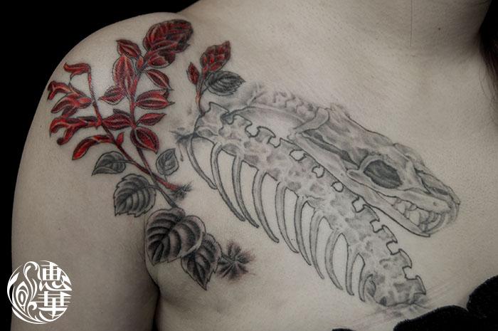 ヘビにサルビアのタトゥー,Snake, Salvia,Flower Tattoo,刺青・タトゥースタジオ 女性彫師 恵華-Keika-