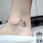 ピラミッドのワンポイントタトゥー,pyramid,Small tattoo,タトゥー,刺青,Tattoo,刺青,タトゥースタジオ,女性彫師,彫師,恵華,Keika